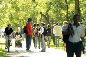 Étudiants marchant sur le campus de l'Université Laval